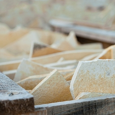 Solnhofener Naturstein von Hackstockmeistern per Hand mit Pickeln aus dem Steinbruch gebrochen