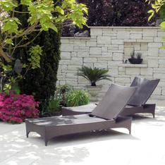 Gartengestaltung mit Naturstein: Mauern und Terrassenplatten